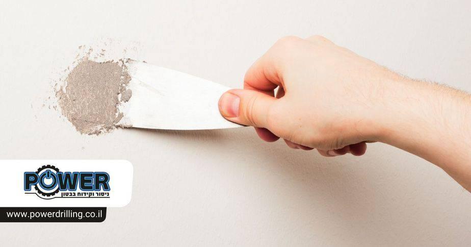 איך לתקן חורים ופינות שבורות בקיר בטון